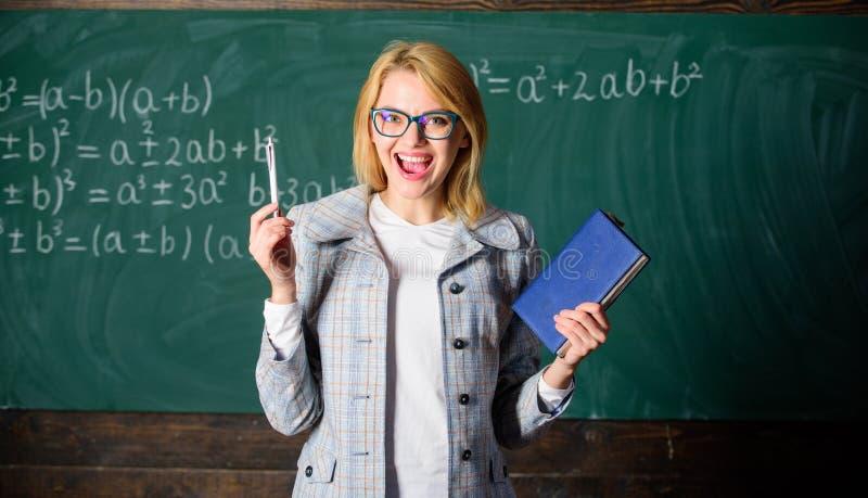 Processo da cognição de adquirir o conhecimento com os pensamentos O professor da mulher com o livro na frente do quadro pensa ap fotografia de stock