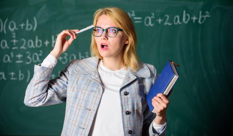Processo da cognição na aprendizagem Processo da cognição de adquirir o conhecimento com os pensamentos Professor da mulher com l imagens de stock