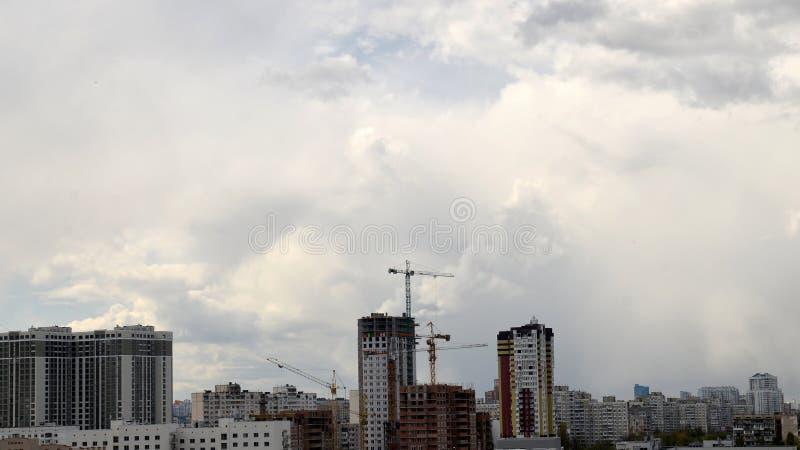Processo da construção sob o céu nebuloso do verão imagens de stock royalty free