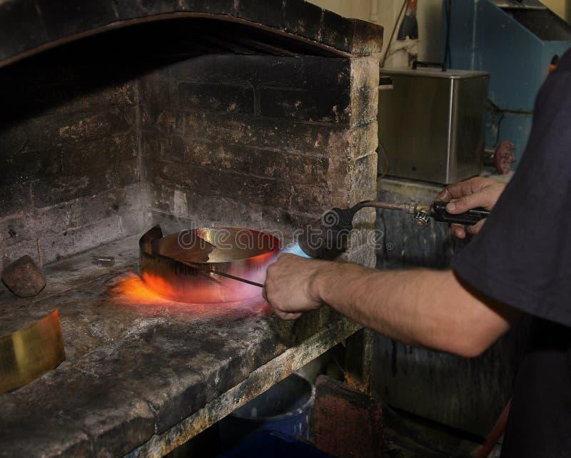 Processo da fundição do metal, derretimento do ouro fotografia de stock royalty free
