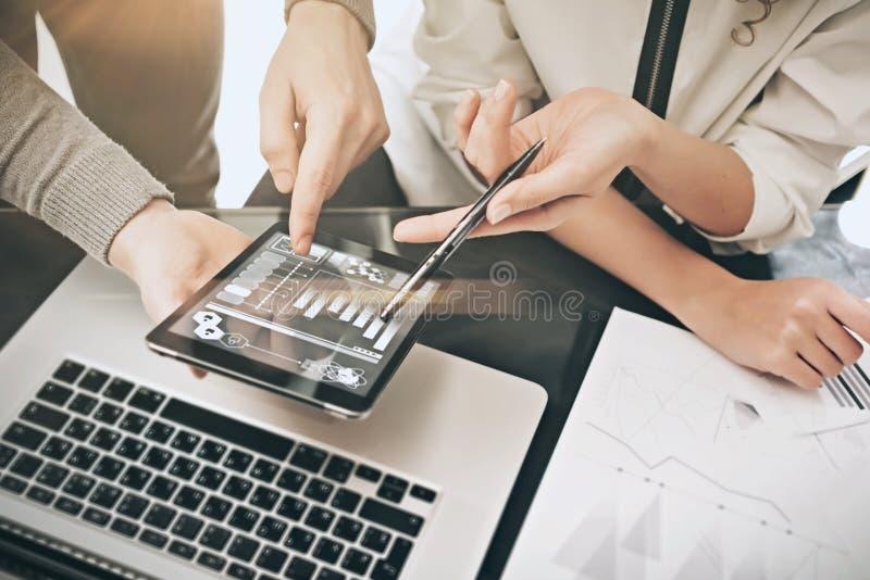 Processo da reunião do departamento do investimento Homem da foto que mostra a relatórios a tela moderna da tabuleta Tela dos grá fotografia de stock royalty free