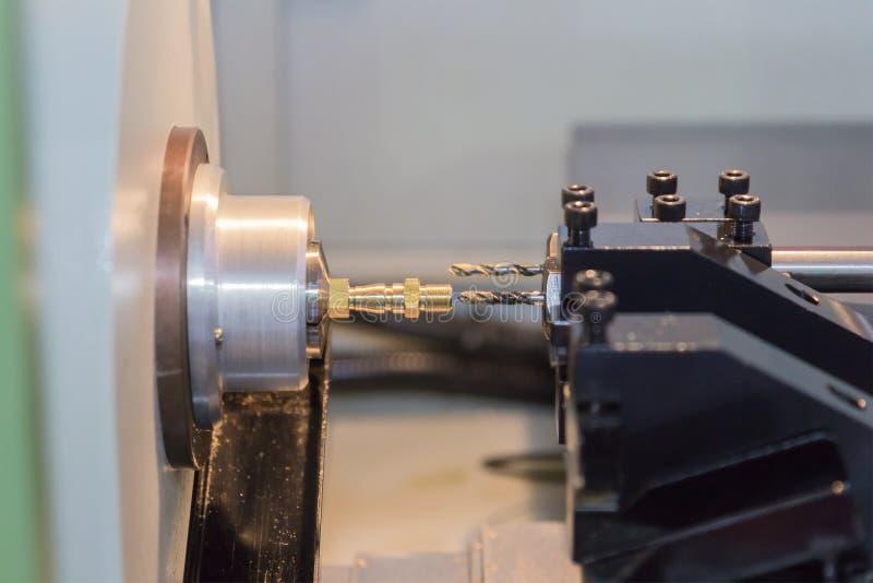 Processo de aço da máquina de corte do metal pela máquina de giro do CNC fotografia de stock