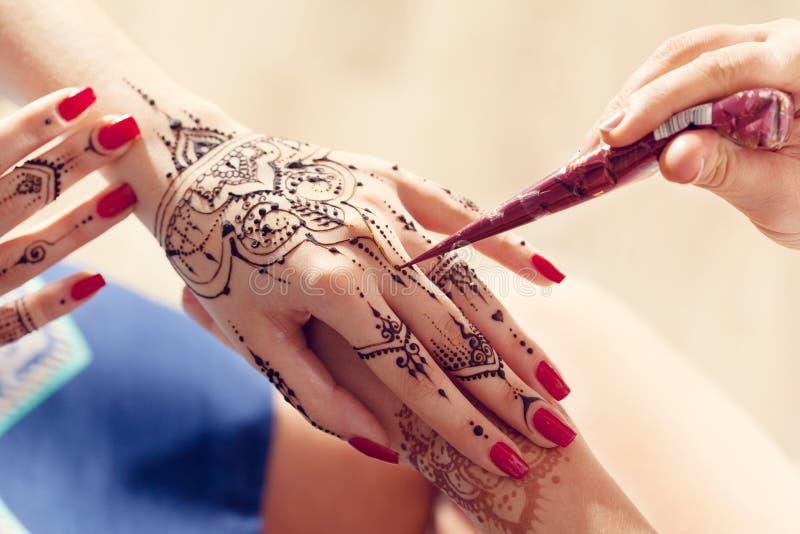 Processo de aplicar Mehndi imagens de stock royalty free