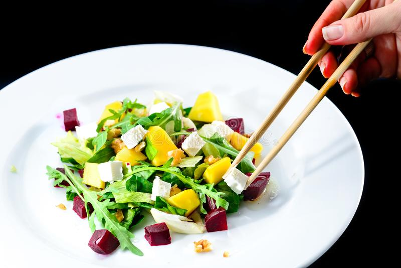 Processo de comer com os hashis chineses deliciosos e o appetizi imagens de stock royalty free