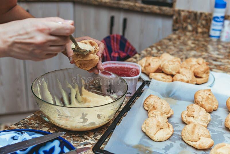 Processo de cozedura de bolos imagens de stock