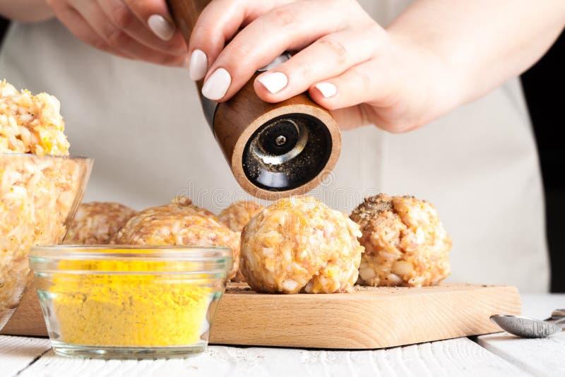 Processo de cozimento cru da almôndega da galinha da dieta fotografia de stock