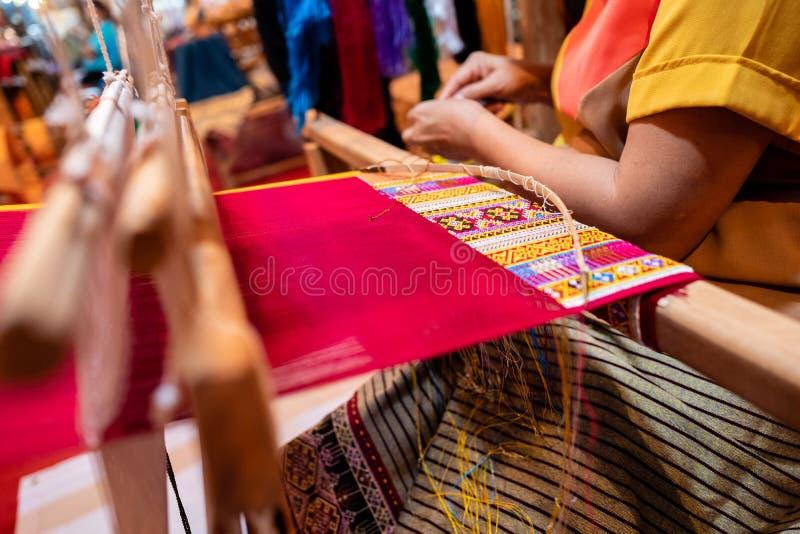 Processo de fazer a seda feito a mão com estilo gráfico tradicional foto de stock