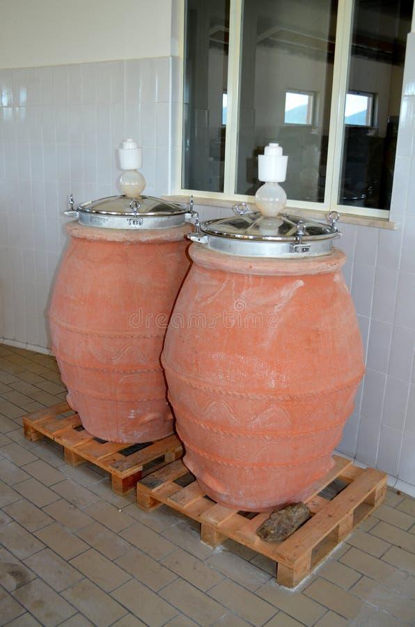 Processo de fermentação do vinho em uns garrafões do vinho foto de stock royalty free