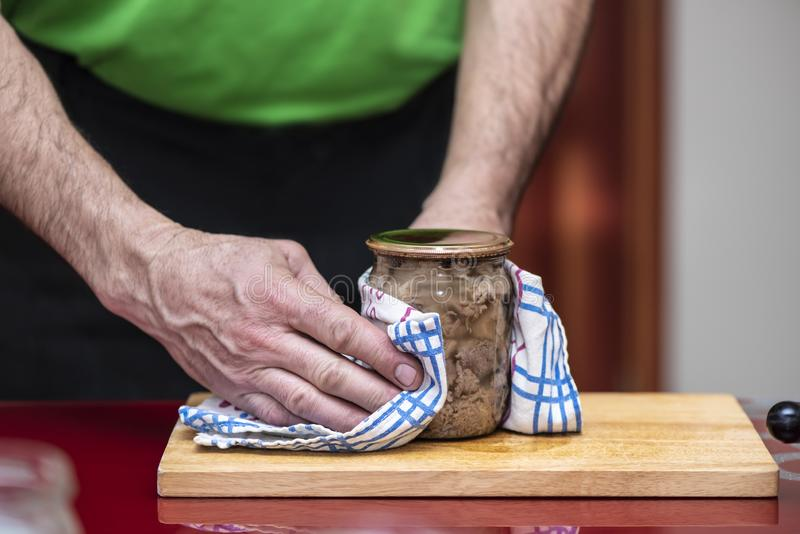 Processo de guisado caseiro da carne de porco da preparação Carne de carne de porco enlatada no frasco fotografia de stock