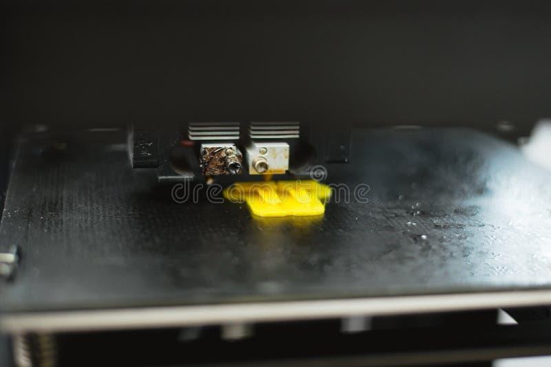 Processo de imprimir o modelo pl?stico f?sico na m?quina autom?tica da impressora 3d Tecnologias, impressão 3D e criação de protó imagens de stock royalty free