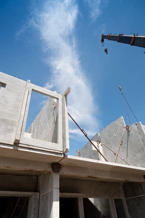 Processo de instalação de painéis de parede pré-fabricados fotografia de stock royalty free