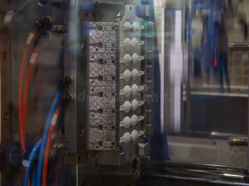Processo de máquina plástica da imprensa da modelação por injeção fotografia de stock royalty free