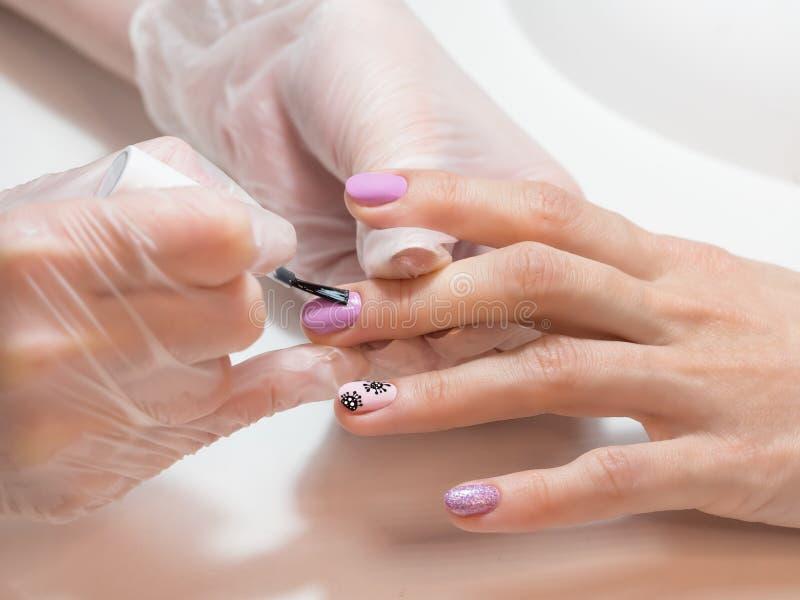 Processo de manicura Manicura criativa com coronavírus pintado nas unhas imagens de stock
