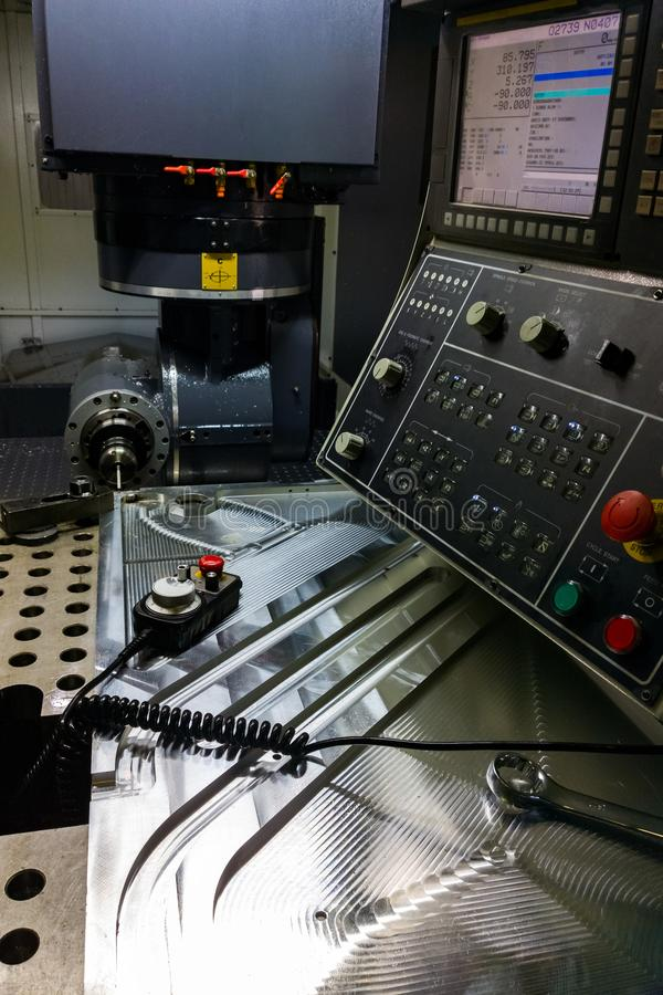 Processo de medição com ponta de prova do toque do rubi na grande máquina de trituração do CNC no modo do movimento imagens de stock