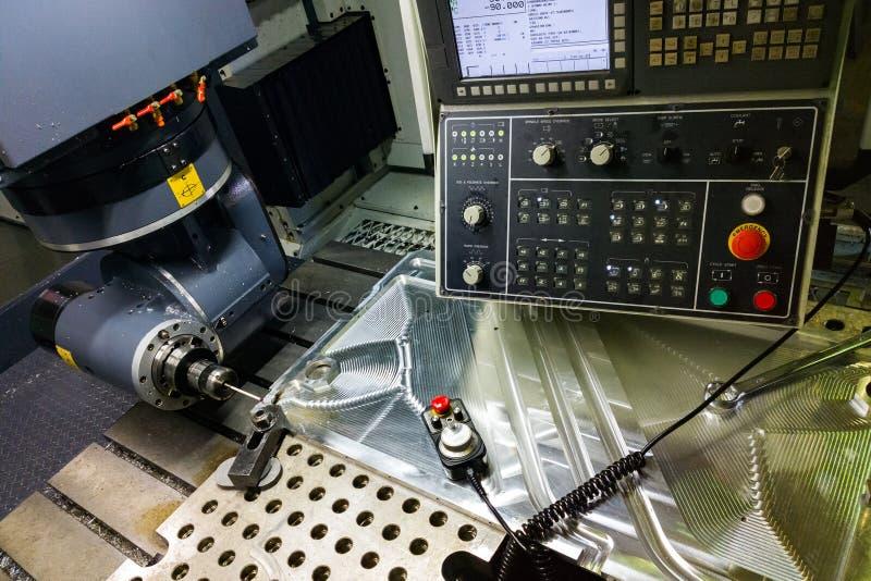 Processo de medição com ponta de prova do toque do rubi na grande máquina de trituração do CNC no modo do movimento fotografia de stock royalty free