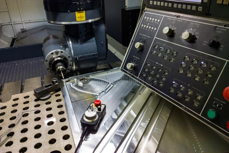 Processo de medição com ponta de prova do toque do rubi na grande máquina de trituração do CNC no modo do movimento imagem de stock royalty free