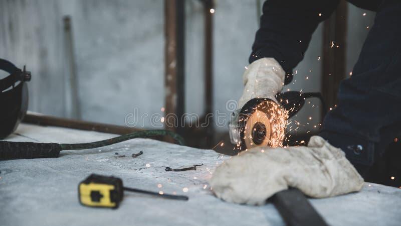Processo de perfil do metal do corte com o moedor de ângulo bonde Preparação das peças para soldar da construção do metal fotografia de stock royalty free