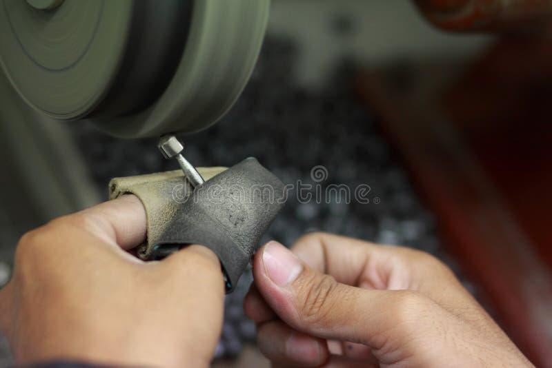 Processo de polimento de joias para fazer fábricas de charme de cadeado fotos de stock royalty free