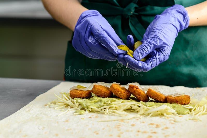 Processo de preparar o rolo apetitoso do falafel Alimento do vegetariano, s imagens de stock royalty free