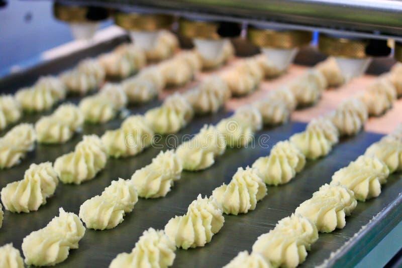 Processo de produção das cookies do biscoito imagens de stock royalty free