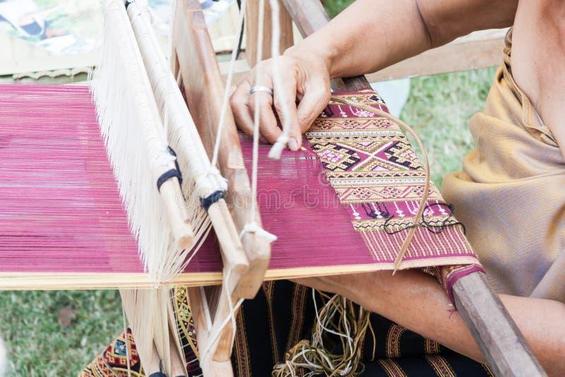 Processo de tecelagem de matéria têxtil imagens de stock royalty free