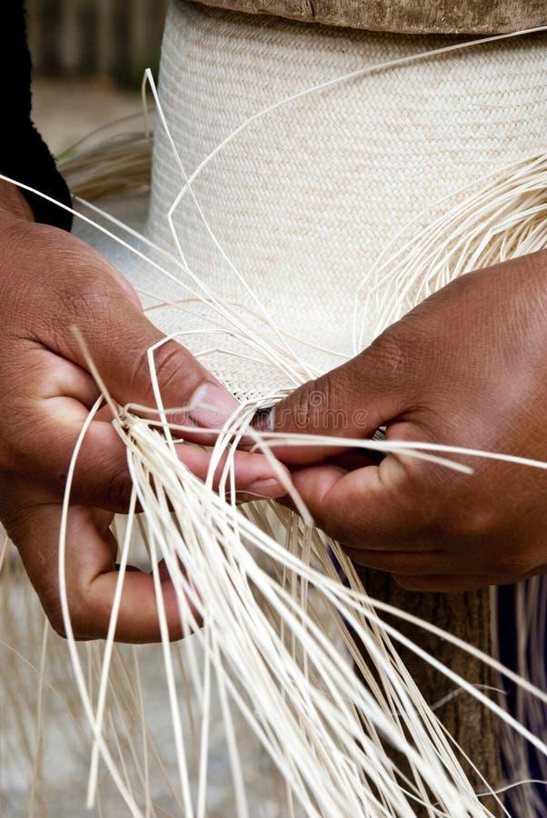 Processo de tecelagem do chapéu manual foto de stock