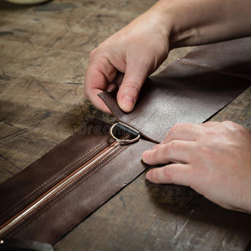 Processo de trabalho do saco de couro imagens de stock