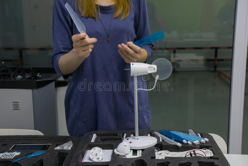 Processo de trabalho no laboratório da nanotecnologia das energias eólicas imagens de stock