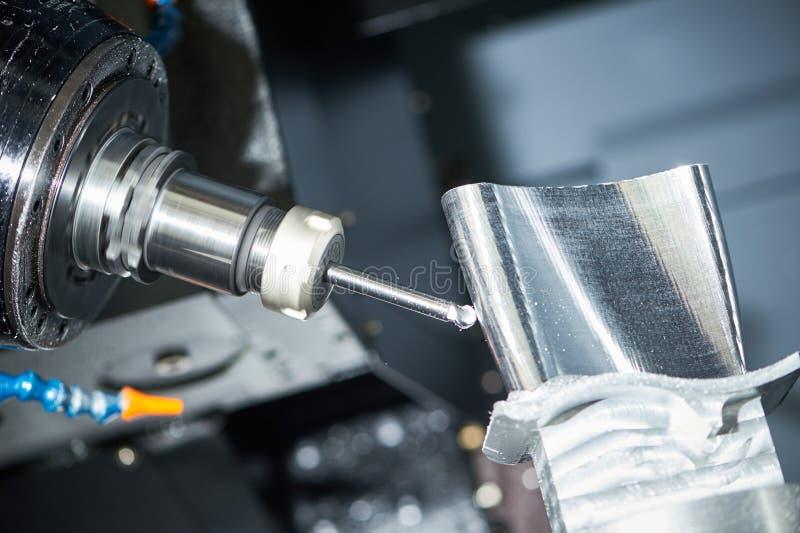 Processo de trituração do corte Trabajo em metal do CNC que faz à máquina pelo cortador do moinho imagens de stock
