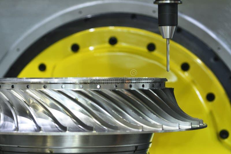 Processo de trituração do corte Trabajo em metal do CNC que faz à máquina pelo cortador do moinho imagens de stock royalty free