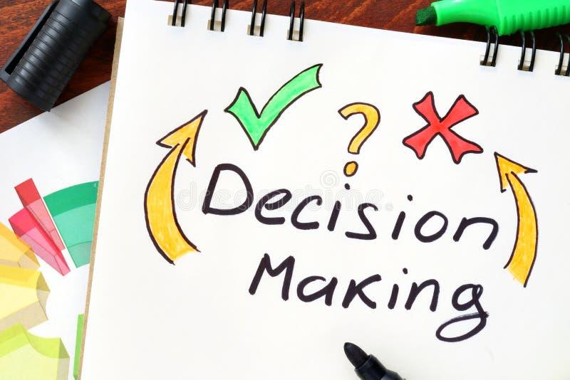 Processo decisionale scritto in un taccuino fotografie stock libere da diritti