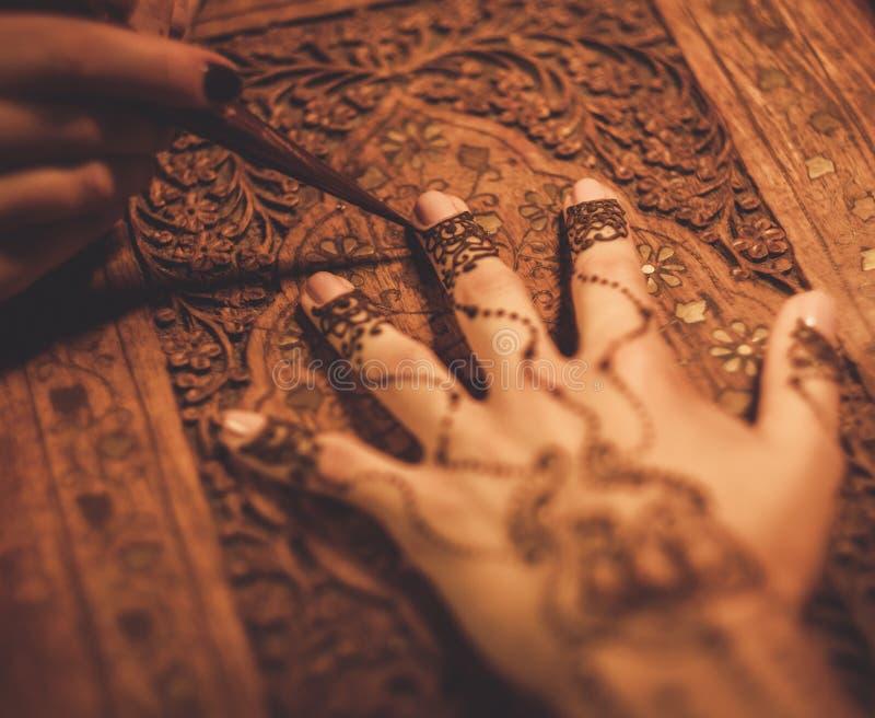 Download Processo Del Disegno Dell'ornamento Di Menhdi Del Hennè Fotografia Stock - Immagine di illustrazione, ornate: 56877788