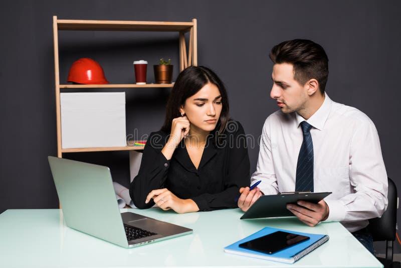Processo del lavoro di gruppo Due partner uomo e donne con il computer portatile nell'ufficio dello spazio aperto Concetto di aff fotografie stock libere da diritti