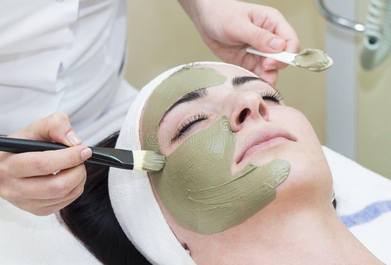 Processo del massaggio e dei facials immagine stock