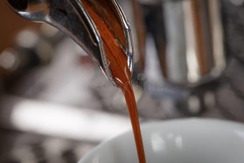 Processo dell'estrazione del caffè dalla macchina di caffè espresso professionale fotografia stock libera da diritti