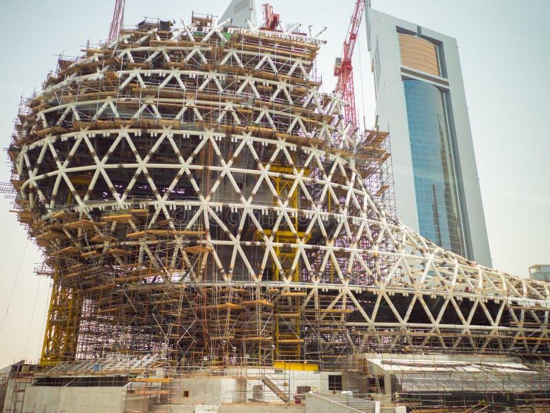 Processo della costruzione delle costruzioni del grattacielo nel Dubai, UAE immagine stock