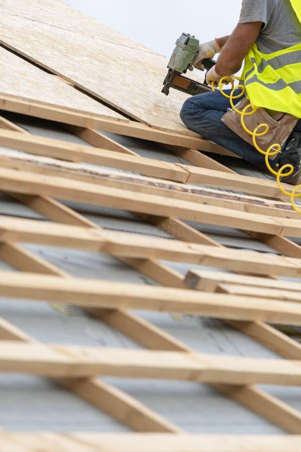 Processo della costruzione di edifici di nuovo tetto di legno sulla casa di legno di legno immagine stock libera da diritti