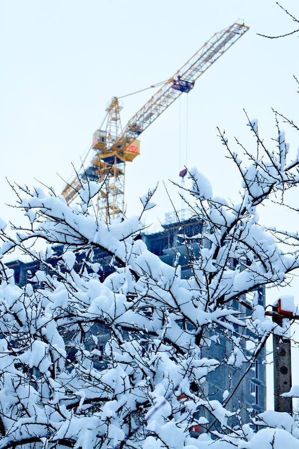 Processo della costruzione in una città di inverno fotografie stock libere da diritti