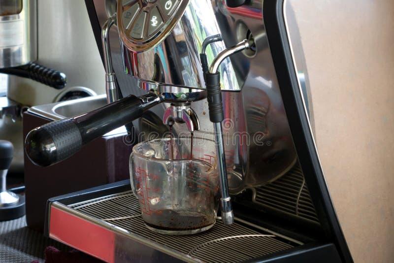 Processo della preparazione di caffè fotografie stock libere da diritti