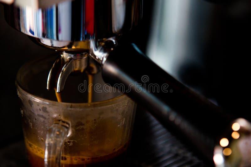 Processo della preparazione di caffè fotografia stock libera da diritti