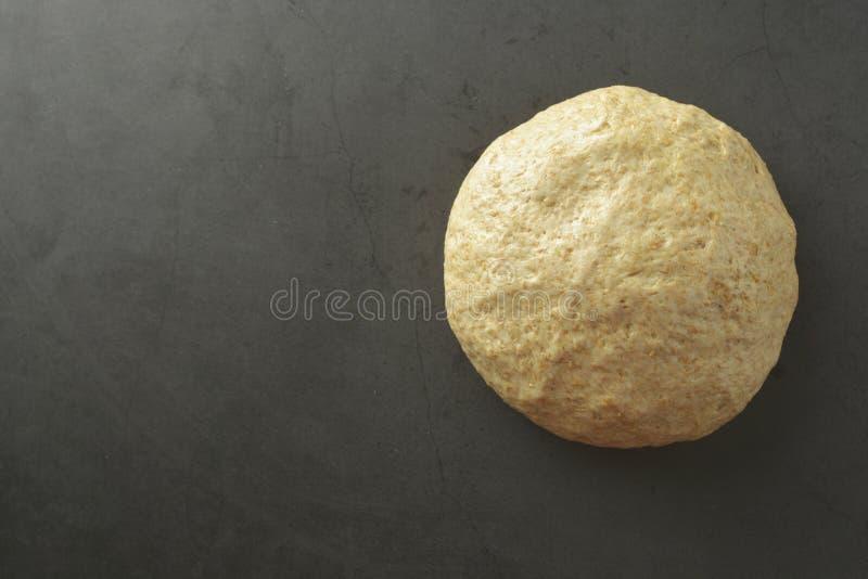 Processo di cottura del dought della pasticceria per cuocere pane, pizza italiana, pasta o l'altra pasticceria Disposizione piana fotografie stock libere da diritti