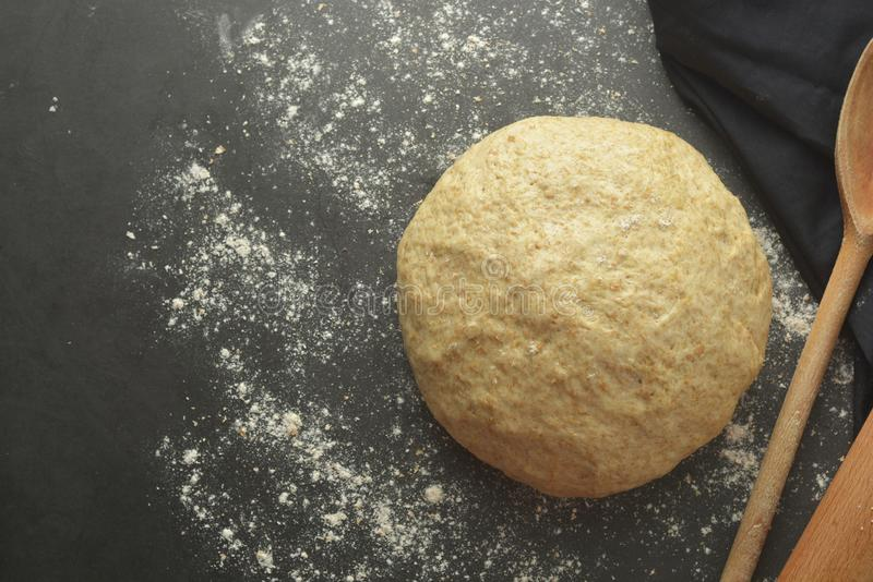 Processo di cottura del dought della pasticceria per cuocere pane, pizza italiana, pasta o l'altra pasticceria Disposizione piana immagini stock