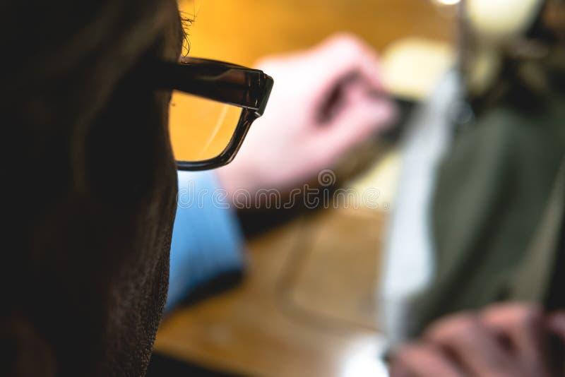 Processo di cucito della cinghia di cuoio le mani dell'uomo anziano dietro cucire Officina di cuoio industriale di cucito d'annat immagine stock