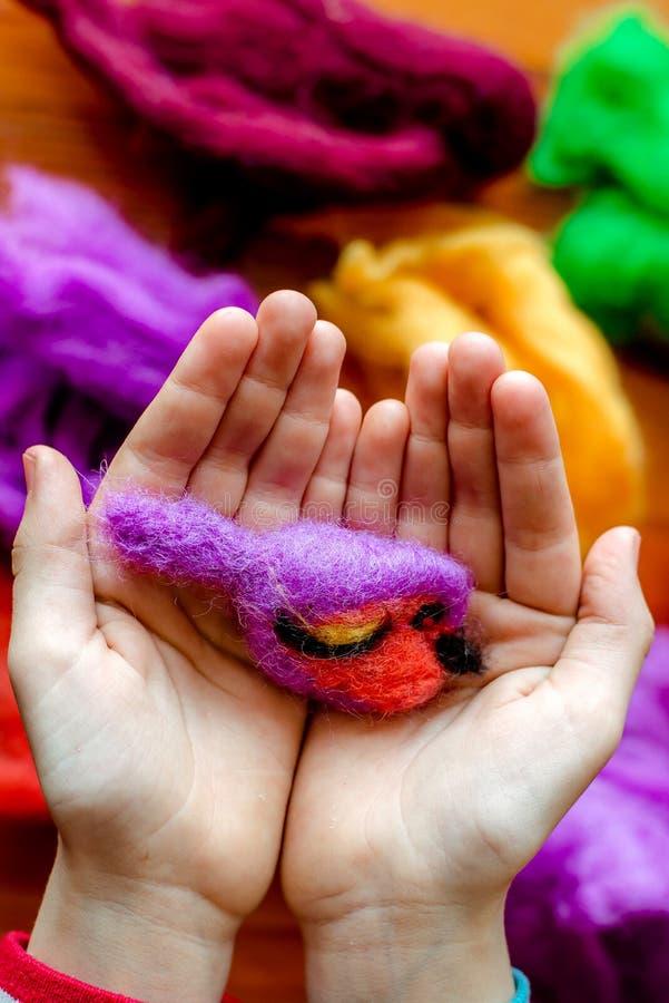 Processo di fabbricazione dai giocattoli molli della lana Attività della feltratura immagine stock libera da diritti