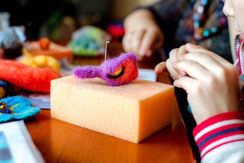 Processo di fabbricazione dai giocattoli molli della lana Attività della feltratura immagini stock libere da diritti
