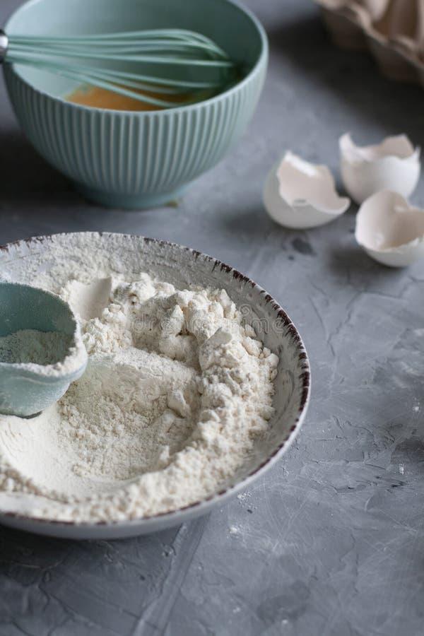 Processo di fabbricazione del pancake Il posto di lavoro del cuoco unico con la cottura inventario e dei ingridients su un fondo  fotografia stock