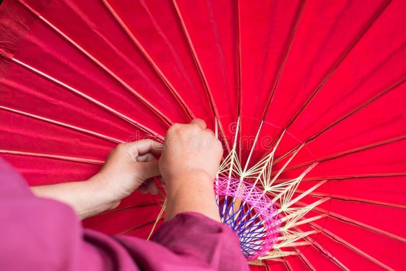 Processo di fabbricazione dell'ombrello fatto a mano fotografie stock libere da diritti