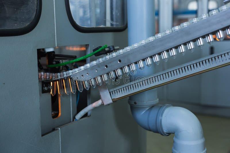 Processo di fabbricazione della bottiglia di plastica fotografia stock