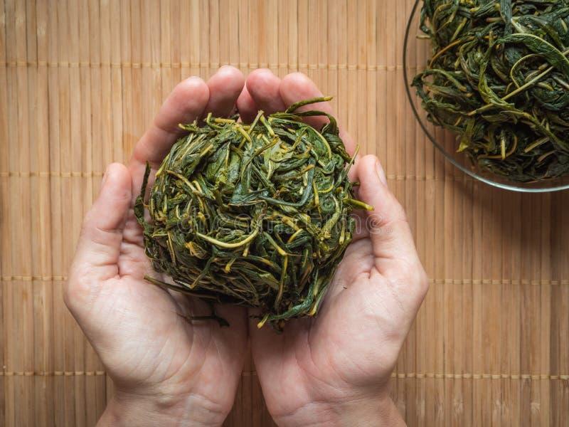 Processo di fermentazione di tè Fermentazione d'elaborazione manuale del tè di Ivan fotografia stock