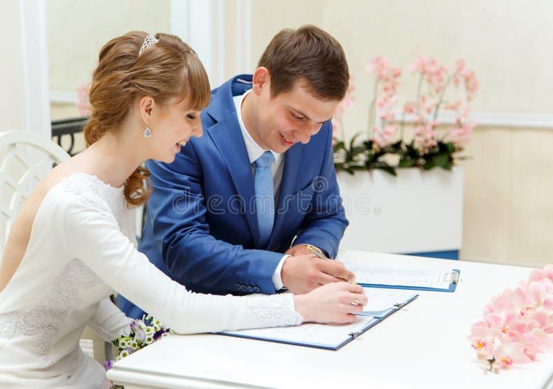 Processo di firma del contratto nel palazzo di nozze fotografia stock
